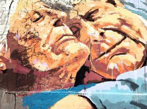 graffiti de dos personas abrazadas
