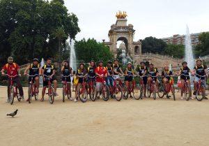 Grupo de estudiantes en tour en bicicleta