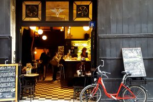 Bicicleta estacionada fuera de un bar de tapas