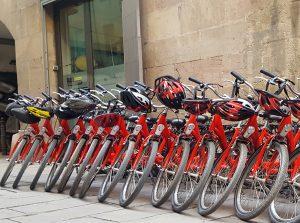 Fila de bicicletas estacionadas